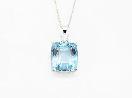 青みが美しいブルートパーズとダイアのネックレスへ